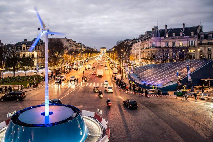 Ubi Bene et Ikea illuminent les Champs Elysées avec une éolienne, des champs photovoltaïques et l'énergie des parisiens
