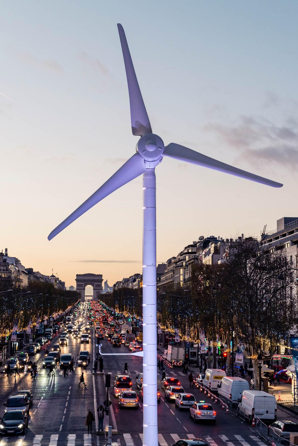 Une Eolienne de 20m de haut culmine au bout des champs élysées pour sensibiliser à la production d'énergies