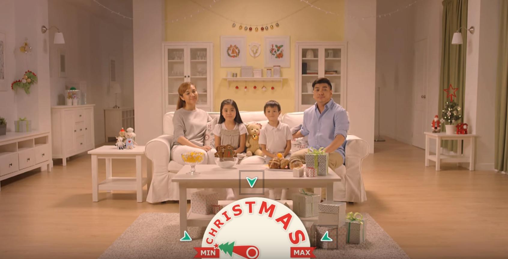D'abord très minimaliste, cette famille se retrouve vite envahi de décoration de Noël