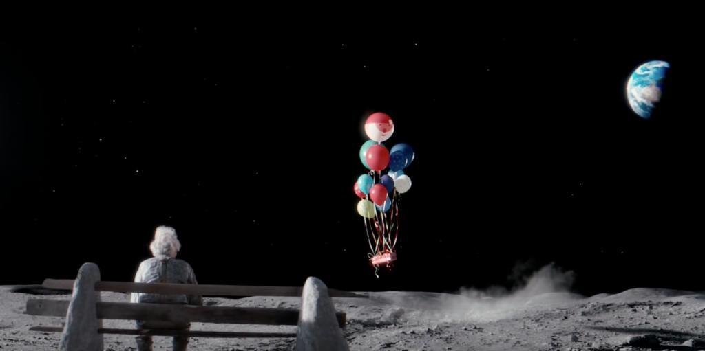 Avec toute sa détermination Lily parvient à faire livrer un cadeau au monsieur sur la lune pour qu'il ne soit plus jamais seul