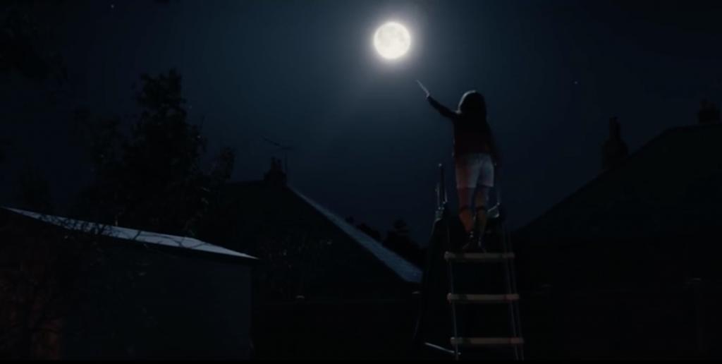 Lettres, dessin, par flèches ou avion de papier, Lily est déterminé à montrer au Man on the moon qu'il n'est pas seul