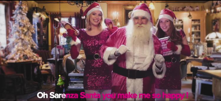 Marché conclu entre Sarenza et le Père Noël qui ne peut résister face à la livraison offerte en 24h, la carte cadeau et un large choix de chaussures pour tous !