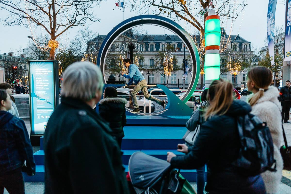 Des dispositifs ludiques sont installés tout au long de la plus belle avenue du monde et invitent les passant à contribuer à l'illumination des Champs Elysées