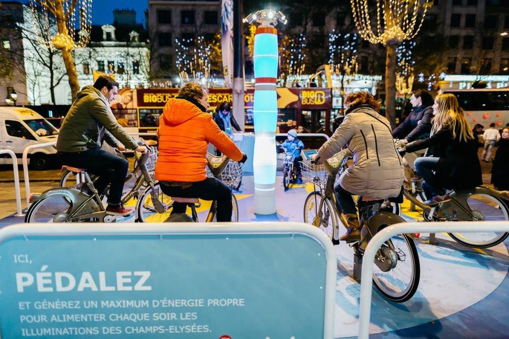 balancelle, vélos, tapis roulants et balançoire permettent à chacun de donner un peu de son énergie pour illuminer les Champs Elysées