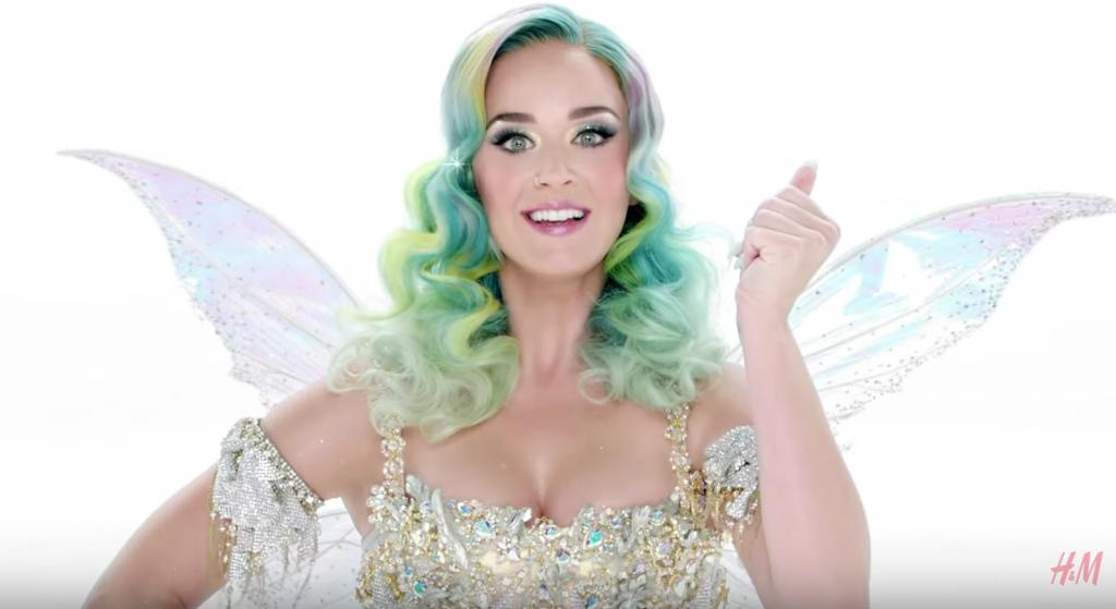 Katy Perry brille de mille feux et enchante Noël chez H&M