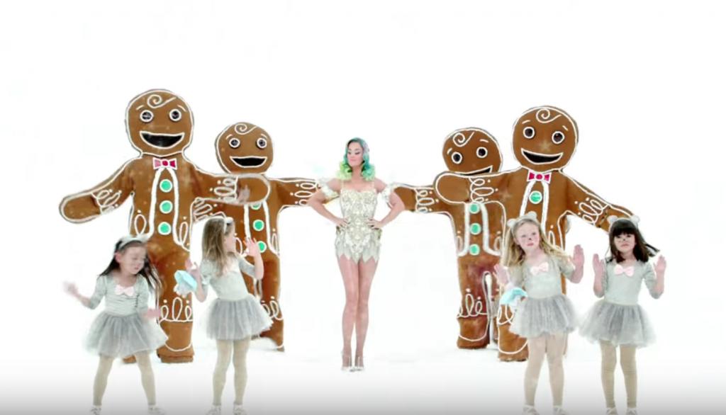 Katy Perry entourée de pains d'épices géant dévoile la collection de noël de H&M