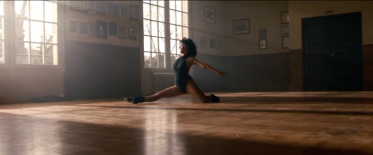 Florence Foresti offre un numéro de danse façon Flashdance pour annoncer les César 2016