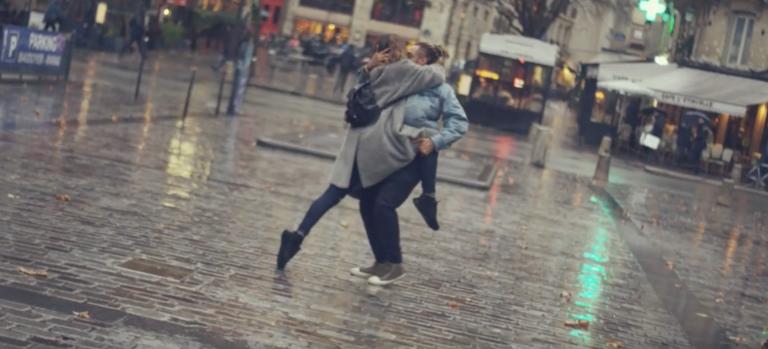 Paris is Kissing est une vidéo qui montre des danseurs en train de danser en s'embrassant
