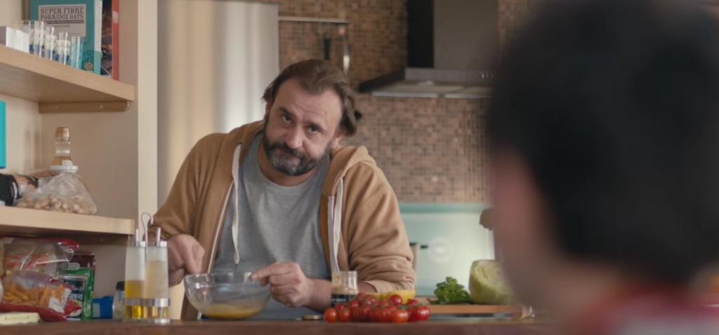 Ikea met en scène un jeune garçon malicieux qui a trouvé le moyen de faire cuisiner ses parents