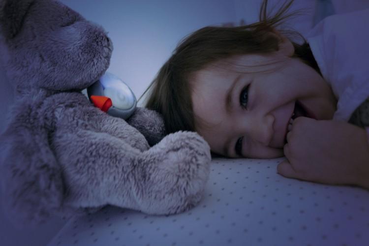 Plus qu'un retrouve doudou, la chouette Oliba accompagne les enfants au couché en faisant office de veilleuse et de berceuse