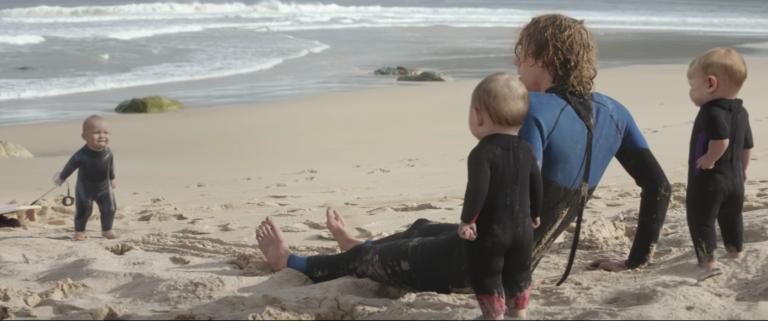 Dans ce nouvel opus Live Young, un surfeur se réveille sur la plage des Evian Baby, mini surfeurs qui n'ont pas peur des vagues