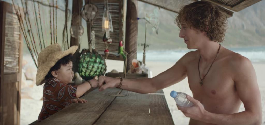 Une telle agilité dans l'eau à cet âge ne peut être dû qu'à l'eau d'Evian, seule boisson proposée au bar de la plage