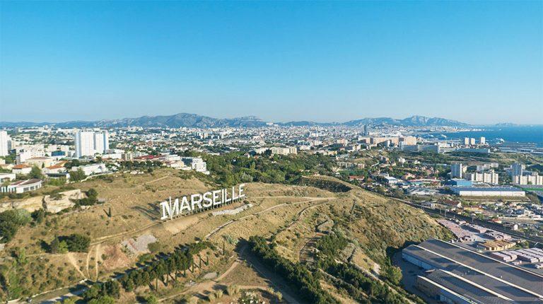 A l'occasion de la sortie de sa nouvelle série Marseille, Netflix a fait appel à l'agence Ubi Bene pour l'installation d'un panneau géant sur les hauteurs