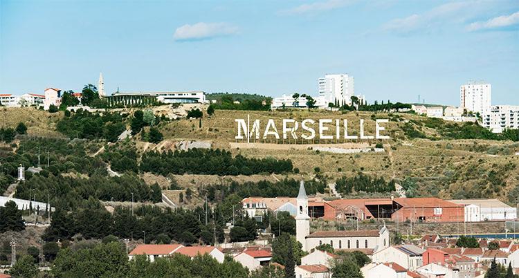 Un panneau géant en lettres capitales qui donne des airs hollywoodien à la ville de Marseille