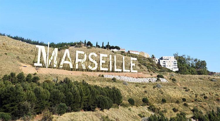 Ubi bene a fait installer un panneau géant en lettres capitales à Marseille