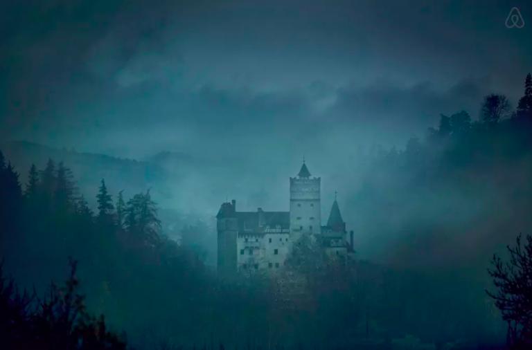 Pour Halloween, Airbnb et Ubi Bene invite deux gagnants à vivre une nuit unique dans la chateau de Dracula en Transylvanie