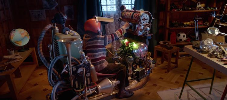 Emil, le héros de la publicité décide d'inventer une machine à remonter le temps pour arriver plus vite à Noël