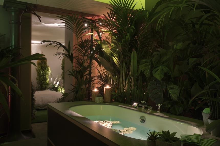 la salle de bain, conçue tel un lagon tropical par Pantone pour Airbnb