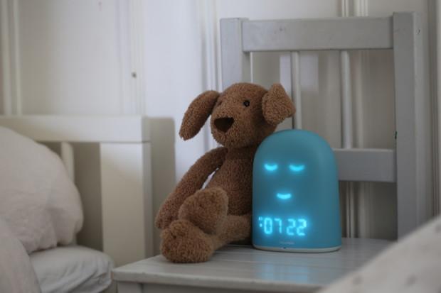 Grâce à son visage, REMI indique aux enfant s'il est l'heure de se lever ou pas de quoi permettre aux parent de faire la grasse matinée