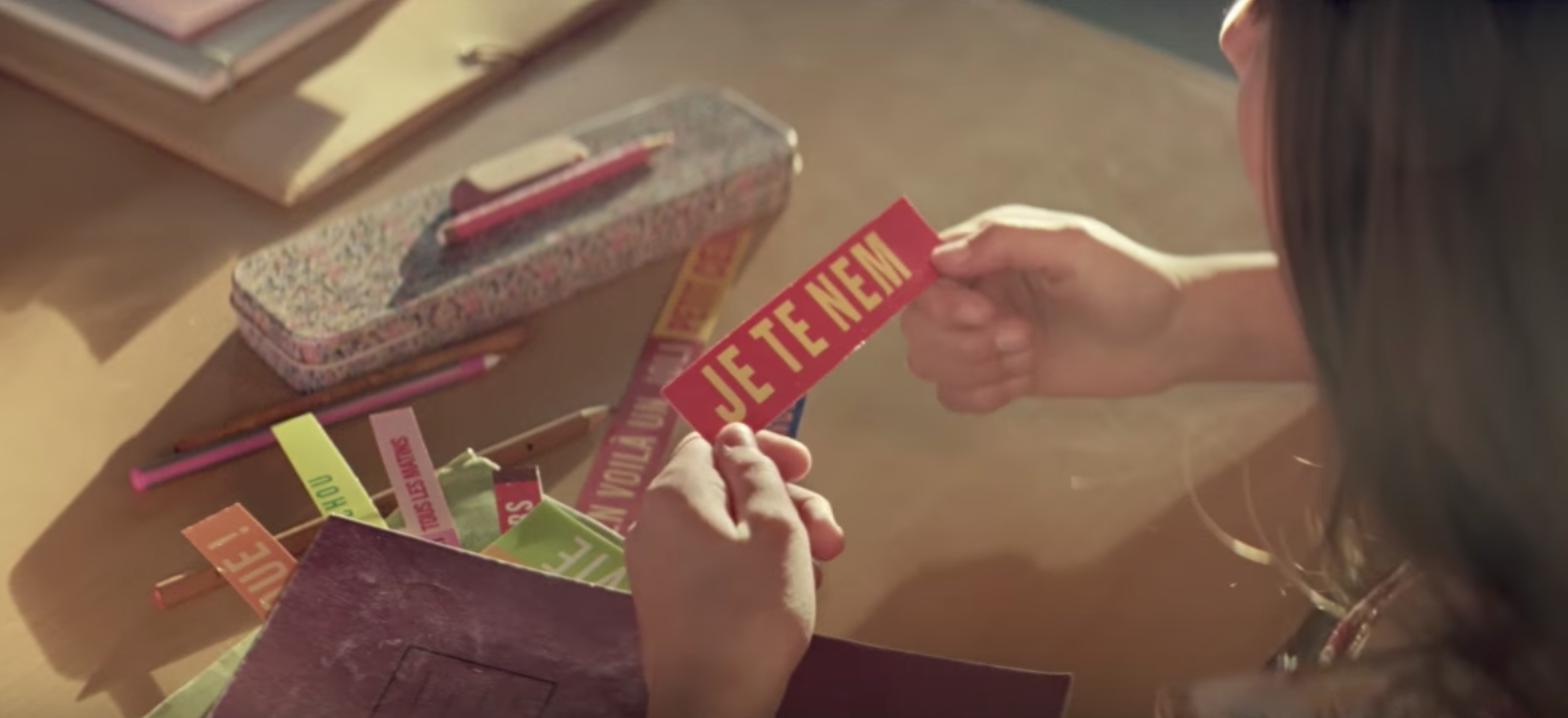 Le jeune garçon choisi ses produits Monoprix avec précision pour déclarer sa flamme à la fille qu'il aime