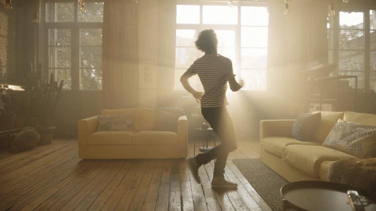 IKEA revient en TV avec un nouveau spot où l'on y découvre un jeune homme qui souhaite apprendre à danser suite à une invitation.