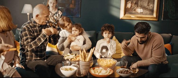 Après la cuisine, IKEA continue de se positionner comme le partenaire de la vie quotidienne des familles en passant au salon, lieu de détente et de convivialité par excellence, le coeur du foyer.