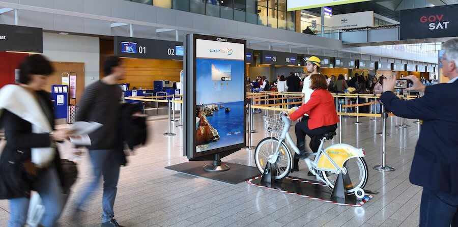 C'est à l'aéroport que les Luxembourgeois peuvent venir découvrir les paysages de l'Algarve via un dispositif quasiment similaire puisqu'un vélo est aussi installé face au caisson publicitaire jusqu'au 21 novembre