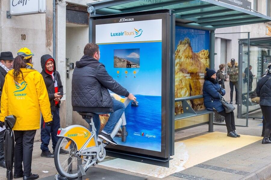 Pour les Nancéens, JCDecaux Live a intégré un vélo directement dans le caisson publicitaire d'un abribus situé au 4rue Raymond Poincarépour une immersion totale.