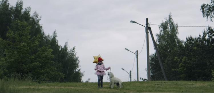 Le film retrace la relation riche en émotions entre une petite fille et son dévoué compagnon à quatre pattes durant les différentes étapes de leurs vies.