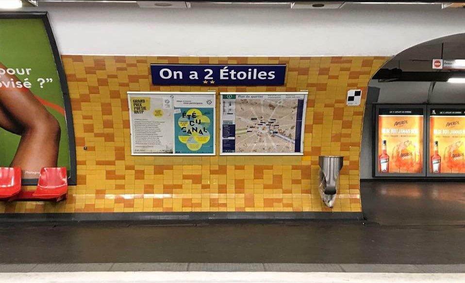"""La station Charles de Gaulle-Etoile transformée en """"On a 2 Etoiles""""."""