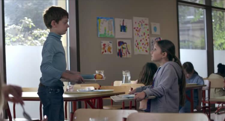 Dans la nouvelle campagne d'Intermarché signé Romance, une petite fille découvre que le garçon le plus grand de son école mange de la soupe à la cantine...