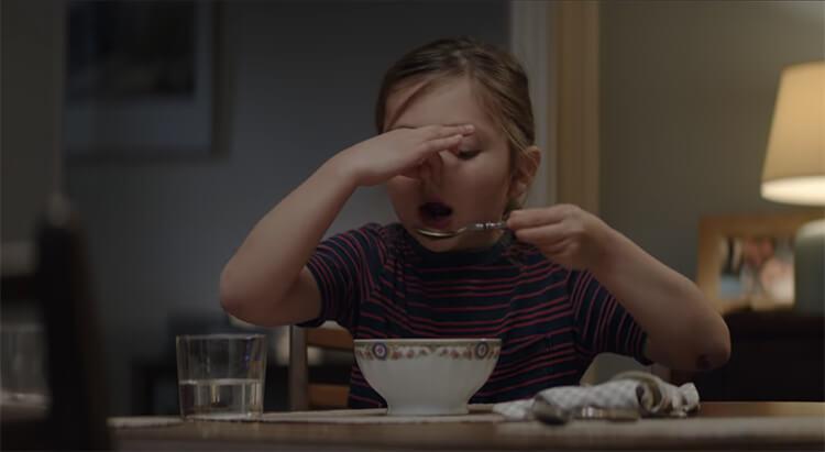 Pour grandir, Léa se met alors à manger de la soupe, dévalisant l'étal de légumes d'Intermarché