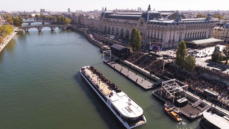 un podium flottant de 60m de long va être installé au Port de Solférino sur la Seine par Ubi Bene pour l'Oréal Paris