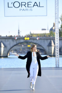 Doutzen Kroes lors du défilé Fashion Week Paris de l'Oréal Paris sur la Seine