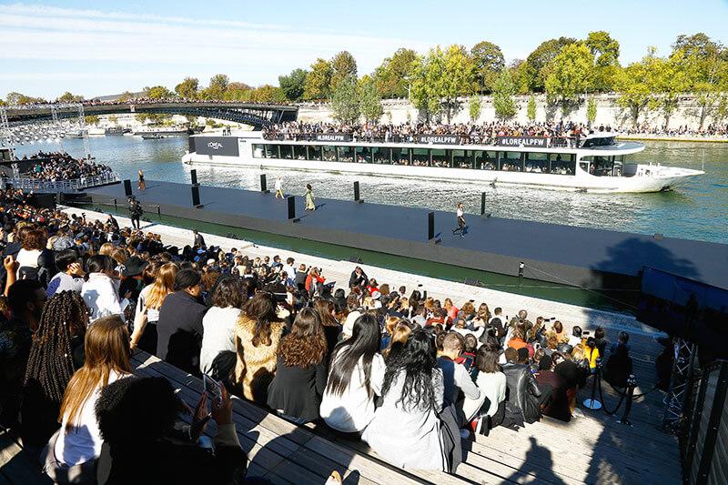 Depuis les quais, le public a pu assisté à un défilé exceptionnel avec L'Oréal Paris