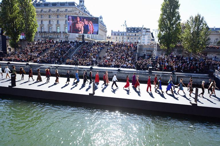 lesplus célèbres porte-paroles L'Oréal Paris ont défilé sur la Seine pour la Fashion Week