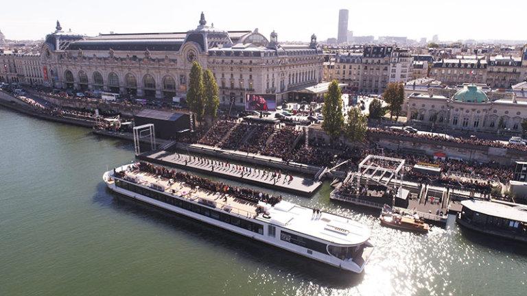Les VIP ont pu admirer le show l'Oréal Paris depuis le pont supérieur d'un bateau positionné le long du catwalk.