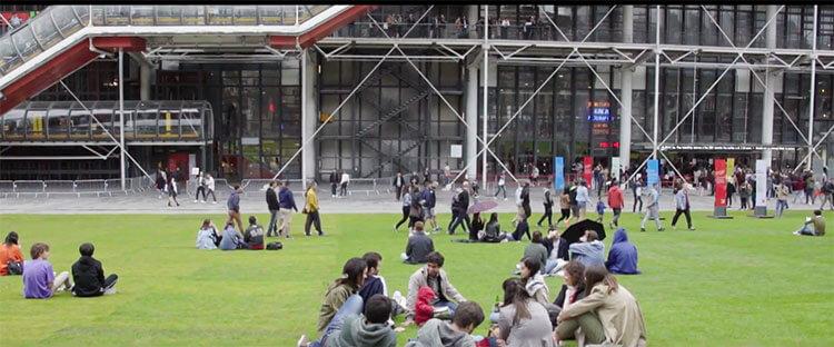 grâce aux 4000 km parcourus avec #UberGreen ce sont 2000 m2 d'herbe qui ont été installés sur la place Georges Pompidou