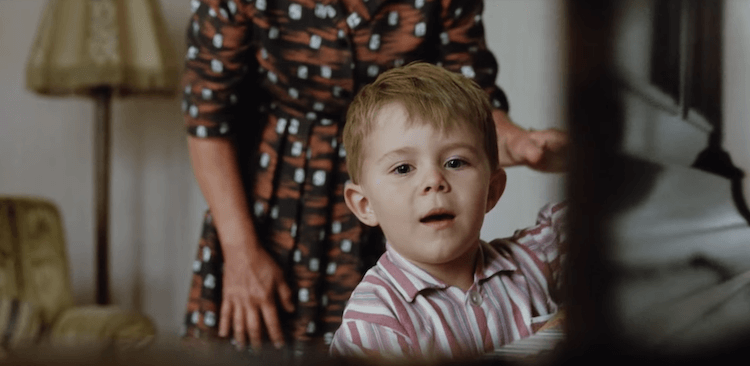 Dans cette pub pour Jonh Lewis, Elton John nous emmène avec émotion jusqu'au Noël symbolique de ses 3 ans où il a reçu comme cadeau son premier piano.