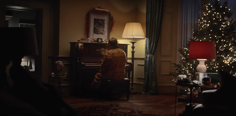 """dans cette publicité de Noël, on retrouve Elton John assis devant son piano qui nous replonge dans ses plus grands souvenirs de carrière sur sa musique """"Your Song""""."""
