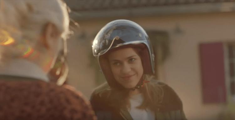 Bouygues Telecom est de retour avec une nouvelle publicité touchante qui met en lumière la relation entre une grand-mère et sa petite fille.