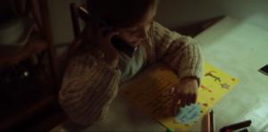 on y retrouve une petite fille qui téléphone au Père Noël pour lui donner sa liste de cadeaux... Père Noël qui se trouve être son papa !