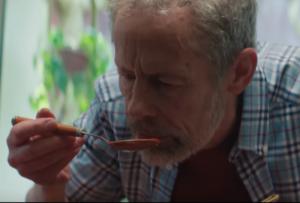 Intermarché et l'agence Romance nous touchent avec une publicité émouvante qui met en scène un homme qui fait le deuil de sa femme à travers la cuisine.