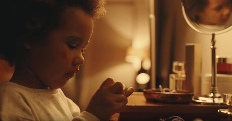 Le film de marque de Sephora The Unlimited Power of Beauty commence en 2001 avec une petite fille qui se maquille innocemment devant le miroir