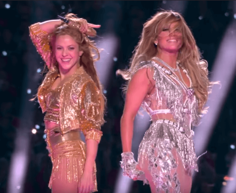 Dans la nuit de dimanche à lundi, Jennifer Lopez et Shakira ont mis le feu à le pelouse du Sun Life Stadium de Miami pendant la mi-temps du Super Bowl.