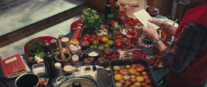 Et c'est en tombant par hasard sur le livre de recettes de sa femme qu'il décide de se mettre à cuisiner et se donne pour mission de reproduire ses fameux spaghettis bolognaises