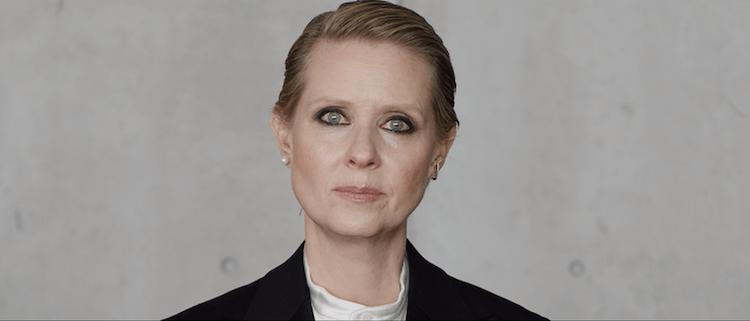 C'est l'actrice Cynthia Nixon qui énumère les diktats que la société impose aux femmes