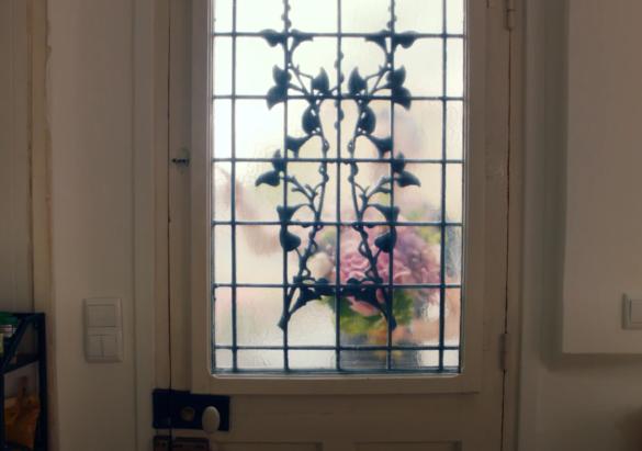 Puis la musique s'arrête, des silhouettes apparaissent derrière les portes et un bruit de sonnette retenti.