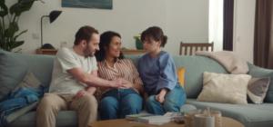 Intitulée Lou, cette publicité met en scène l'histoire d'une jeune fille aux parents séparés qui va devoir apprendre à vivre avec la nouvelle femme de son père.