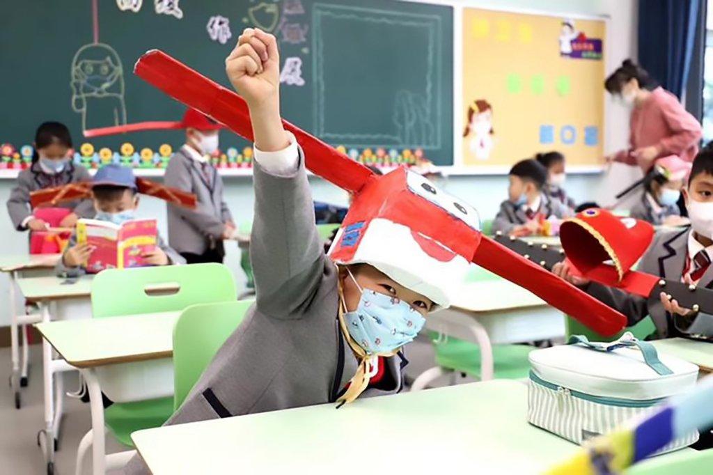 ces chapeaux ont été réalisé par les enfants eux-mêmes qui ont pu les personnaliser à leurs goûts.